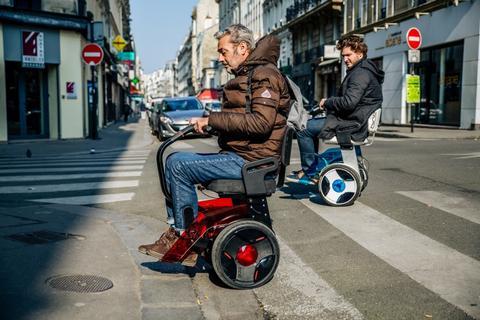 Elektrische-rolstoel-nino-Robotics-op-straat